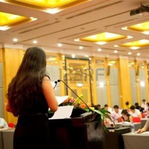 17828264-Üzletasszony-beszédet-előtt-egy-nagy-közönség-egy-konferenciaterem.