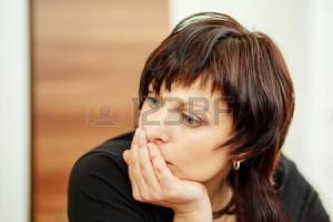 28790470-gyönyörű-középkorú-fáradt-nő,-kezében-a-fejét,-és-kinézett